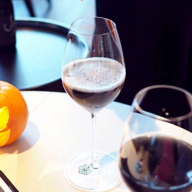 「魔女のワイン」というネーミングだけど、ブラックシロップにノンアルコールのスパークリングを加えたもの。仕上げはテーブルで行ってもらえます。