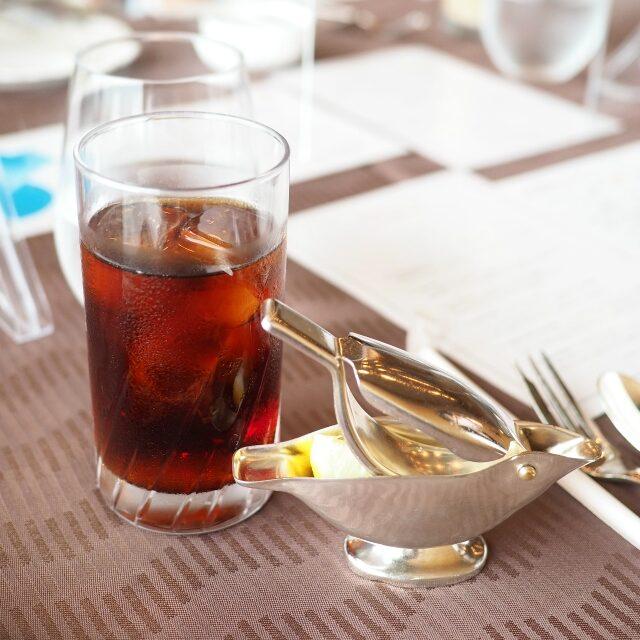 アイスティーこちらはART OF TEA の紅茶ではないそうです。レモン絞りがレトロ可愛い♡