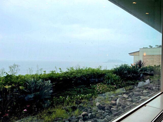 大きな窓からは江の島も眺められます。右のほうにかすかに映っているのが江の島です。この日はお天気が悪くて残念・・・