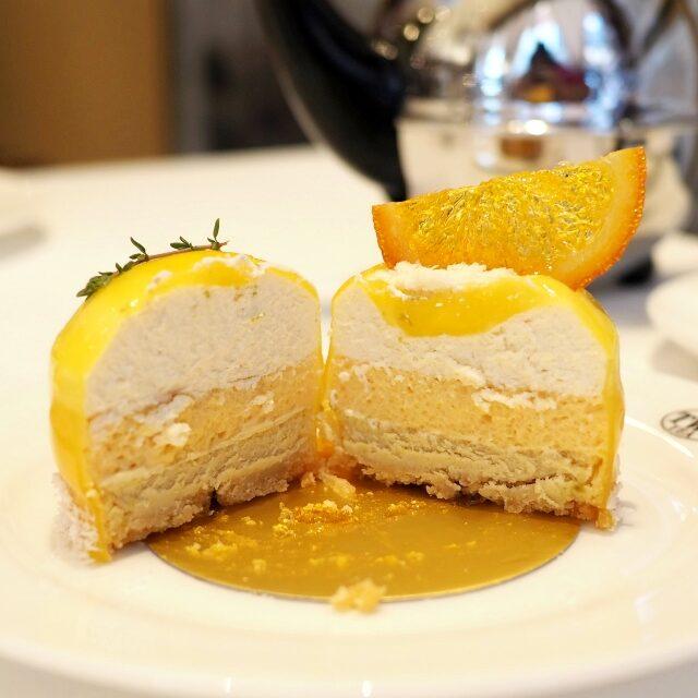 レアチーズ、オレンジとピーチのジュレ、ベイクドチーズで3層になっているケーキ。チーズケーキの部分にはジャスミンクイーンティーが使われています。