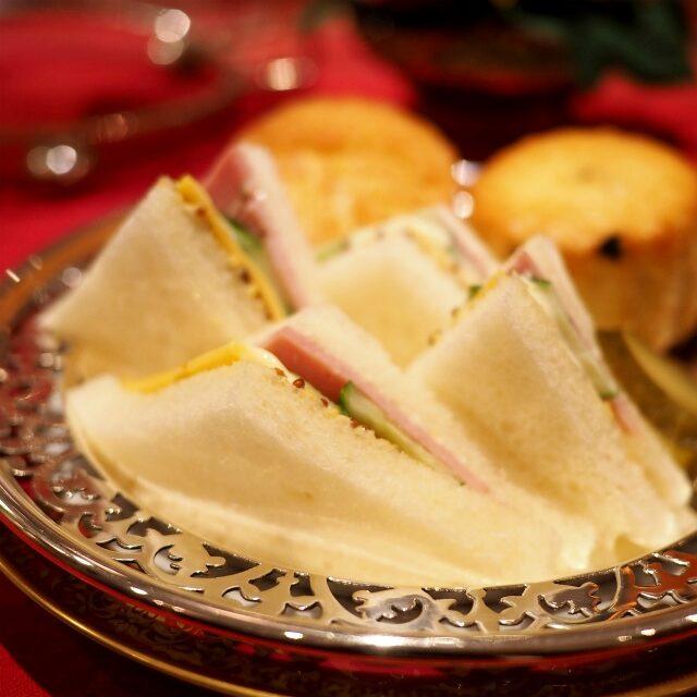 ハム、チーズ、キュウリのサンドウィッチは1人4切れ。