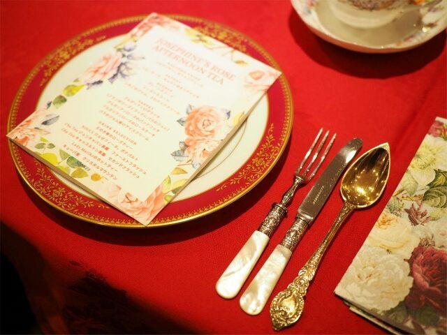 薔薇色が印象的なプレートはnoritake。カトラリーはフォークとナイフは英国のアンティーク、スプーンはフランスのアンティークで純銀に金メッキを施したもの。
