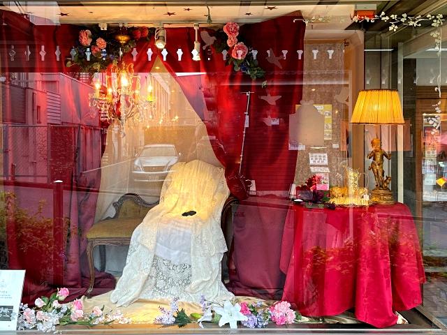 アフタヌーンティーのテーマに合わせた店頭のディスプレイ。有名なジョセフィーヌの肖像画をイメージしています。