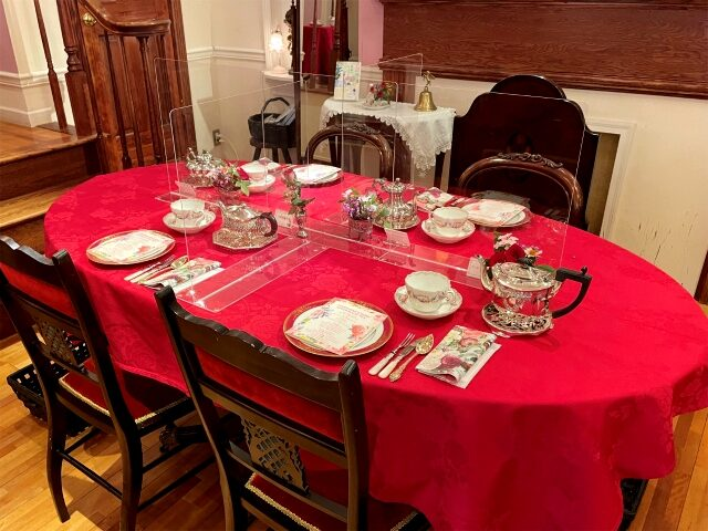 鮮やかなテーブルクロスはジョセフィーヌが好みそうな濃い薔薇色♪