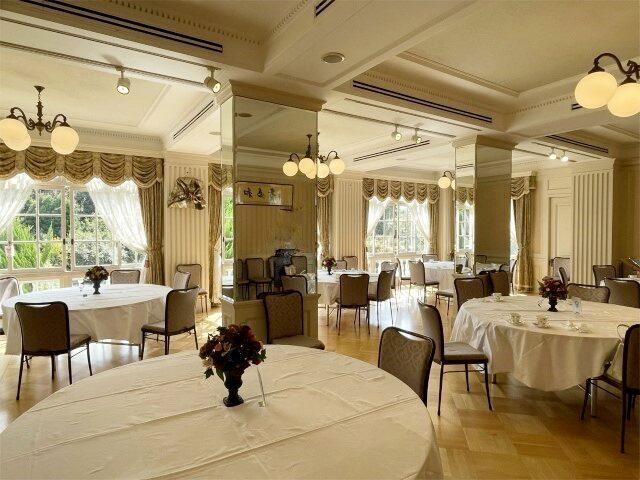 そして2階の大広間!普段はテーブルがなくてガランとした印象なんですけど、テーブルが入ると、とっても華やかな空間になってました!!!
