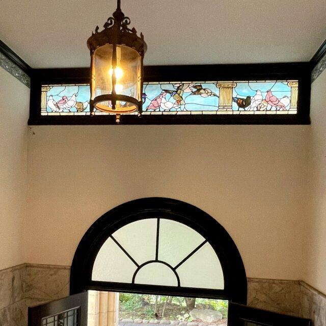 玄関の上にあるステンドグラスにも鳩がいます。