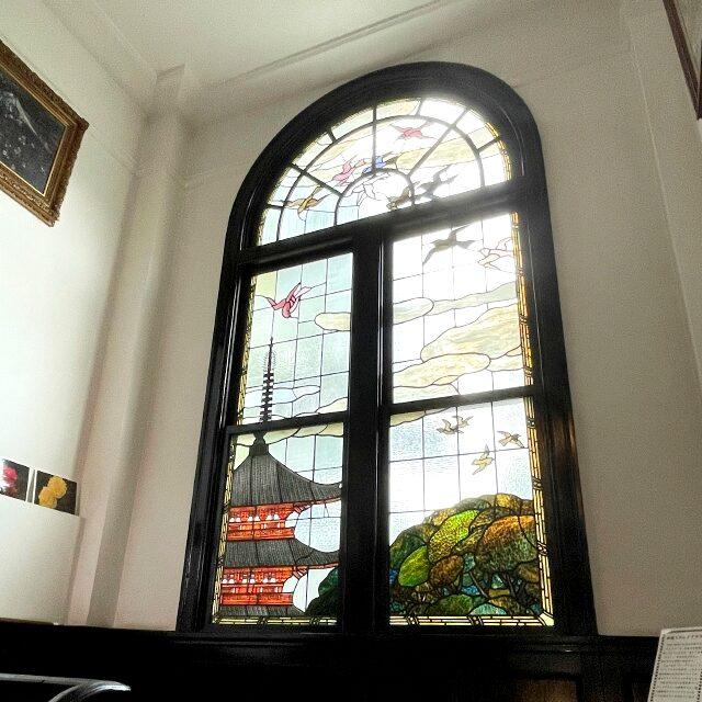 2階へ向かう階段の踊り場にも素敵なステンドグラス。