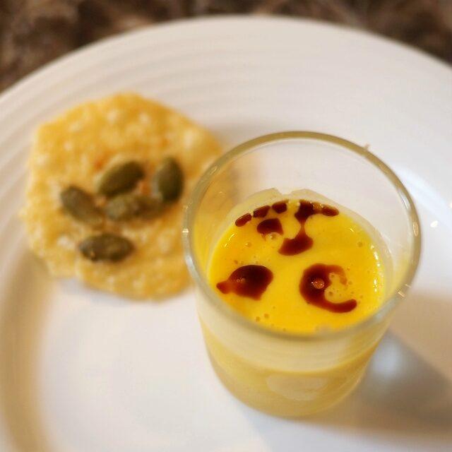 カボチャのスープの上にはバルサミコ酢。この酸味が美味しさを増してる感じ!