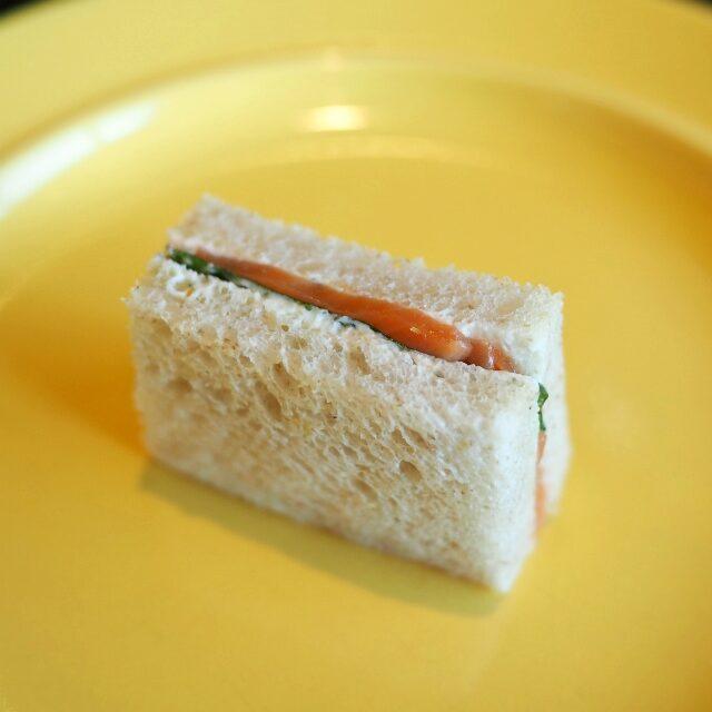 スモークサーモンとフロマージュブランのサンドウィッチ