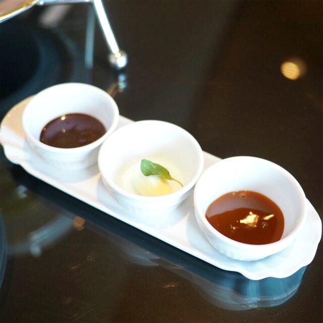 チョコレートソースとクロテッドクリームとキャラメルソース