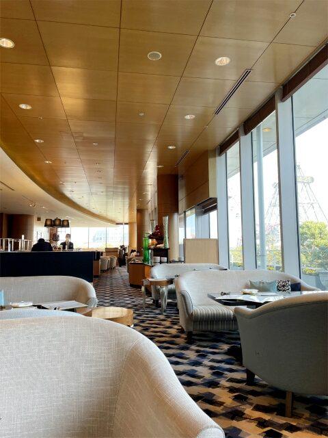 横浜ベイホテル東急「ソマーハウス」の内装。大きな窓からは大観覧車が見渡せます。